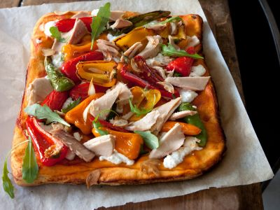 pizza-rossa-con-peperonicni-dolci-e-tonno