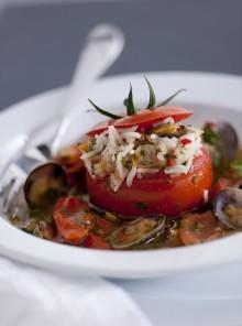 Pomodori ripieni con vongole in guazzetto