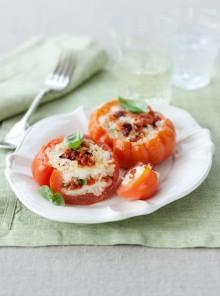 Pomodori con riso, mozzarella e basilico