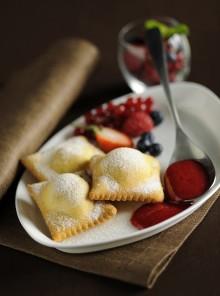 I ravioli dolci con frutti di bosco e coulis di lamponi
