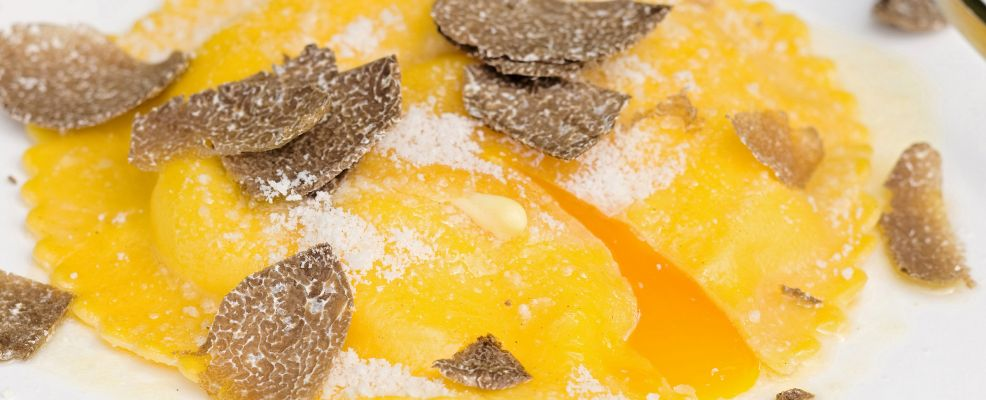 raviolone-con-uova-e-fonduta-al-tartufo