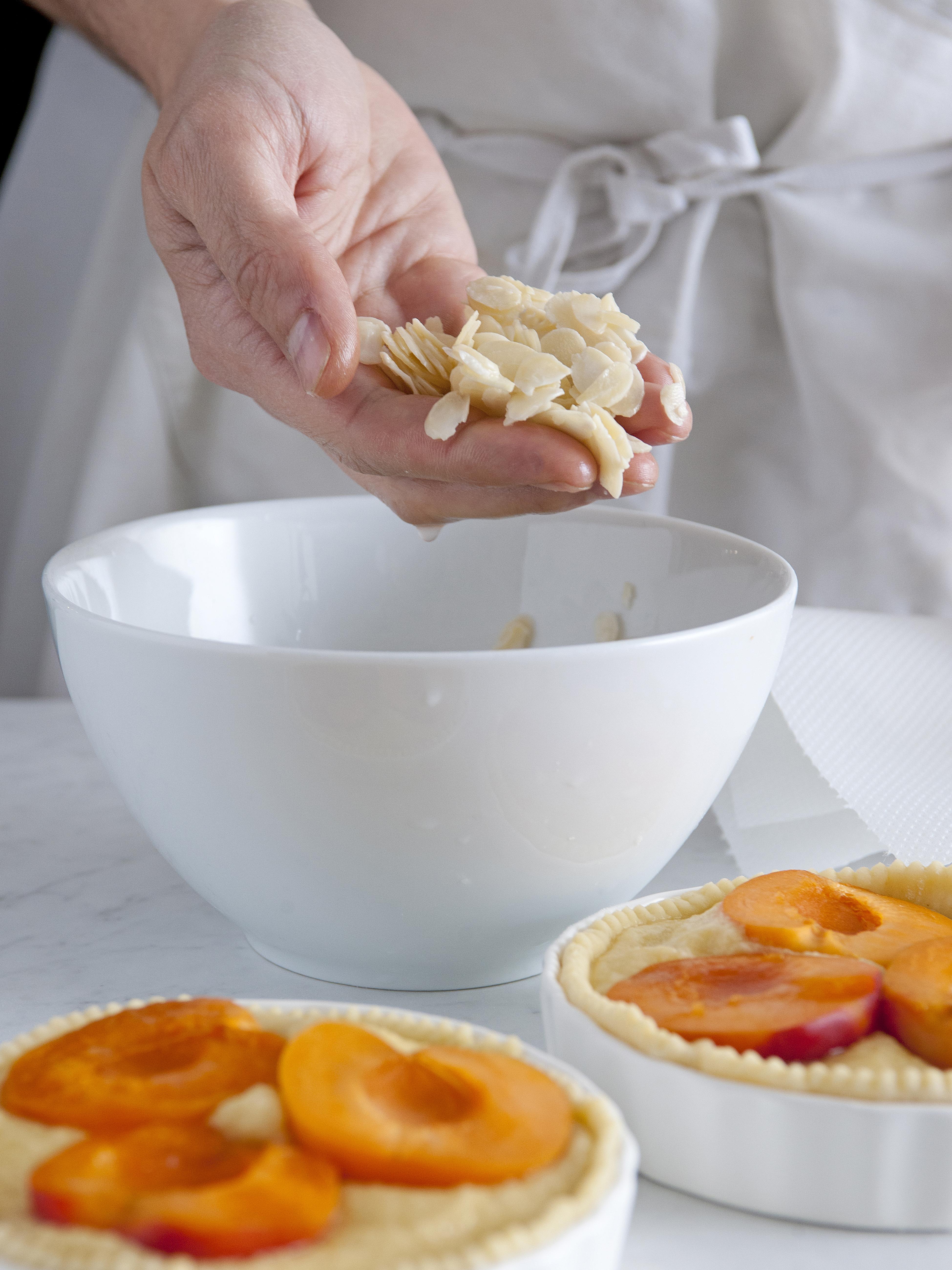ricetta frangipane-con-albicocche-mandorle-e-ribes