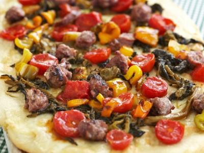 Pizza con salsiccia, friarielli e peperoni