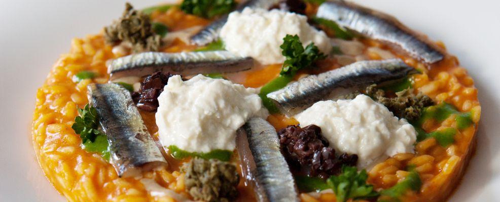 risotto-con-estratto-di-peperone-rosso-burrata-e-alici ricetta