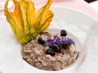 risotto-con-funghi-porcini-e-mirtilli-in-fiore-di-zucca ricetta