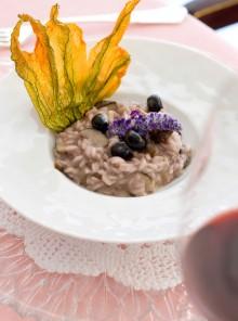 Risotto con funghi porcini e mirtilli in fiore di zucca