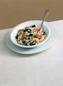 Il risotto saporito con foglie di cavolo nero