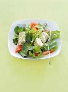 Rotolini di caprino al pepe verde con anguria e insalatine