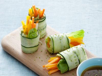 rotolini-di-cetriolo-con-crema-di-avocado-e-verdure