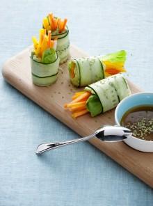 Rotolini di cetriolo con crema di avocado e verdure