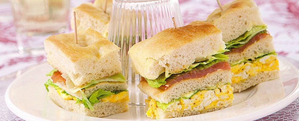 sandwich-di-focaccia-con-uova-e-salmone