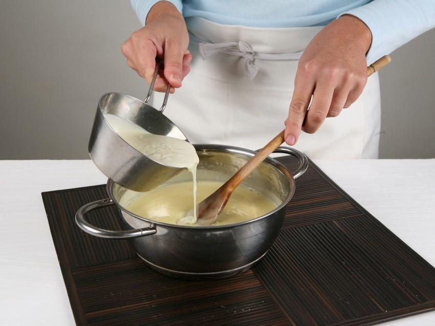 sformatino-di-cioccolato-bianco-con-salsa-fondente foto