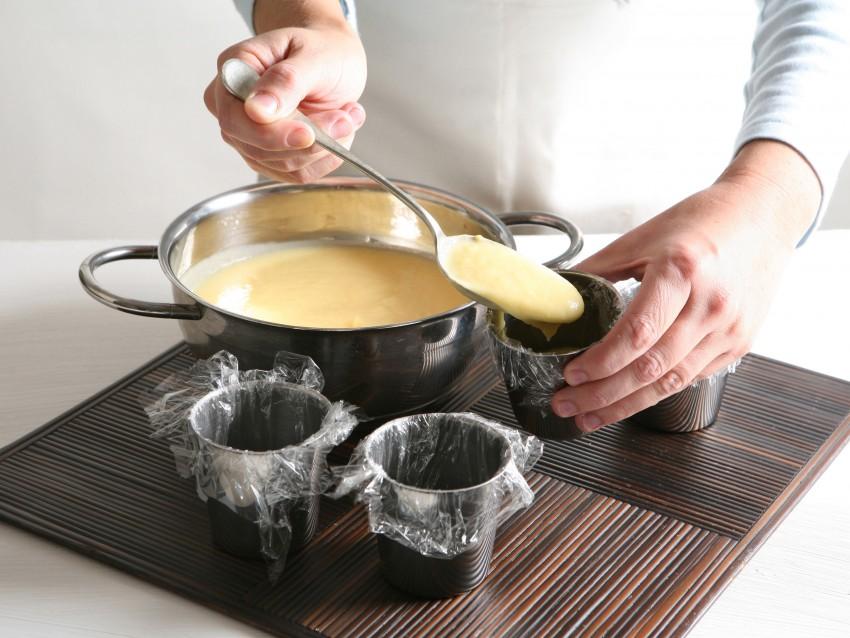 sformatino-di-cioccolato-bianco-con-salsa-fondente immagine