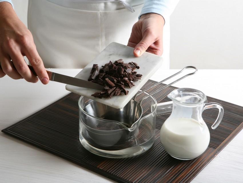 sformatino-di-cioccolato-bianco-con-salsa-fondente preparazione