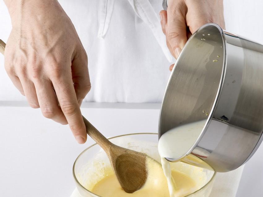 Soufflè fatti in casa ,con crema di base al limone, e decorati con fettine di limone candito