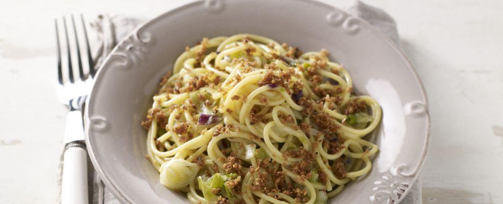 spaghetti-ai-cipollotti-con-pane-ai-semi-tostato
