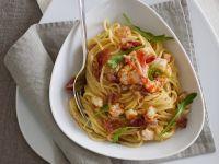 spaghetti-alla-carbonara-con-mazzancolle-e-rucola