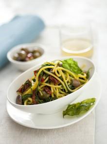 Gli spaghetti alla chitarra con agretti, olive, pomodorini secchi e basilico fritto