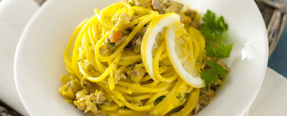 spaghetti-alla-chitarra-con-sugo-di-agnello-in-salsa-di-limone