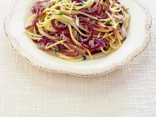 spaghetti-alla-cipolla-rossa-e-acciughe-sotto-sale ricetta