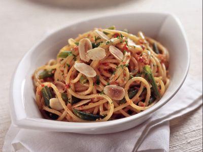 spaghetti con fagiolini e pesto di pomodori secchi ricetta
