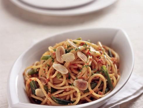 spaghetti con fagiolini e pesto di pomodori secchi Sale&Pepe ricetta