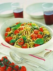 Gli spaghetti con pomodorini e pesto all'eoliana