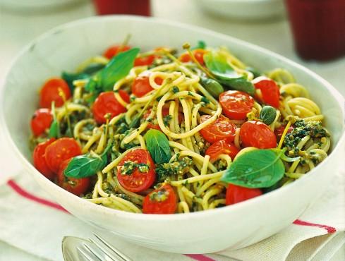 spaghetti-con-pomodorini-e-pesto-alleoliana