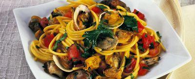 spaghetti con vongole e zafferano ricetta