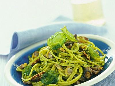 spaghettini-con-vongole-al-pesto-e-basilico-fritto ricetta