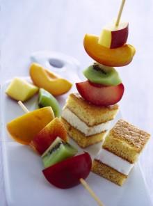 Gli spiedini di frutta con cubetti di pan di Spagna