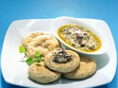 stuzzichini-al-pesto-di-ricotta-e-olive ricetta