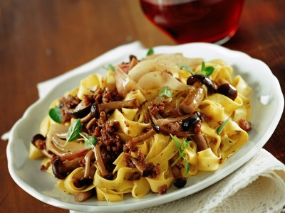 tagliatelle-con-piopparelli-e-salsiccia-al-vino-rosso