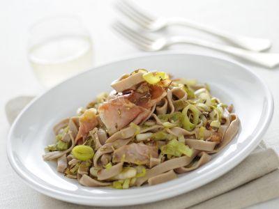 tagliatelle-di-castagne-con-sugo-di-porri-e-speck ricetta
