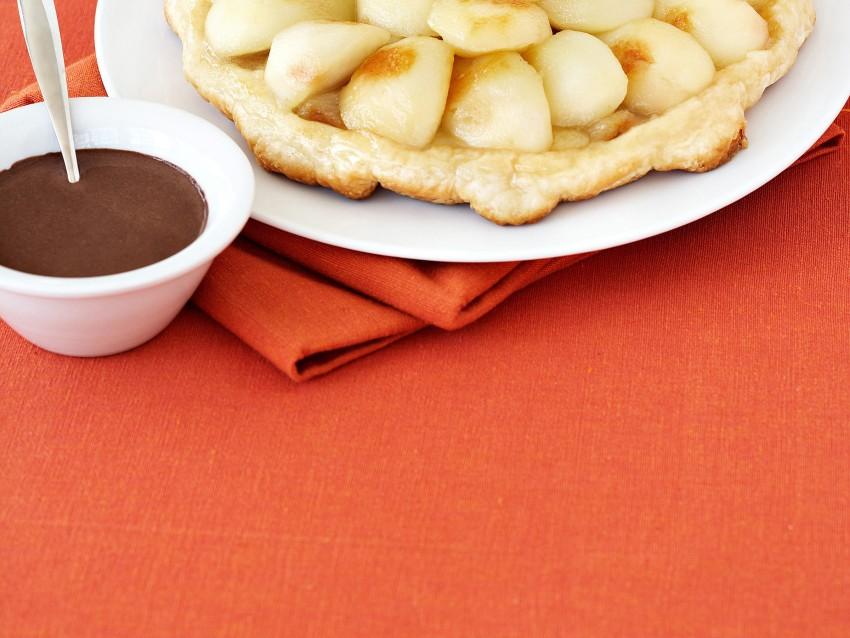 tarte-tatin-alle-pere-con-salsa-al-cioccolato immagine