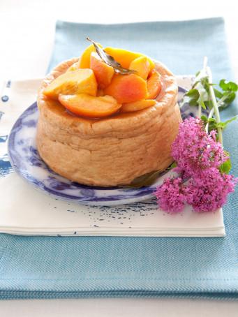 torta-di-albumi-con-pesche-al-vino-bianco