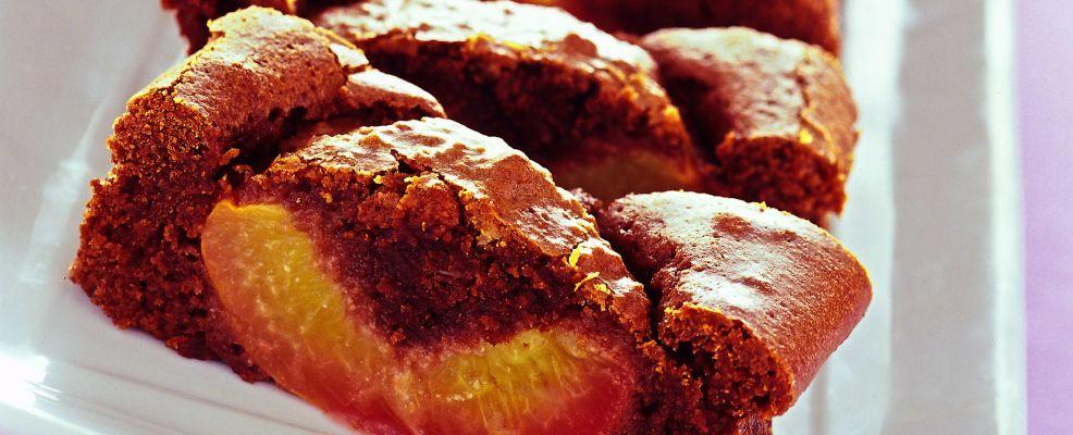 torta-fondente-con-pesche-allamaretto ricetta
