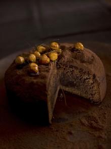 La torta morbida al gianduia con caramello