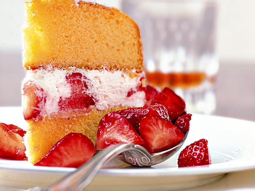 torta-morbida-fragole-e-panna foto