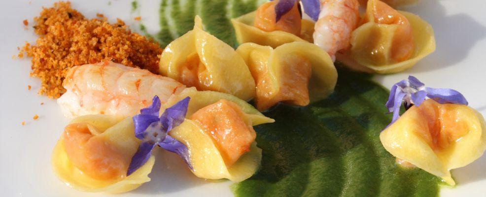 tortellini-alla-pappa-di-pomodoro-e-scampi-su-salsa-allaglio-orsino preparazione