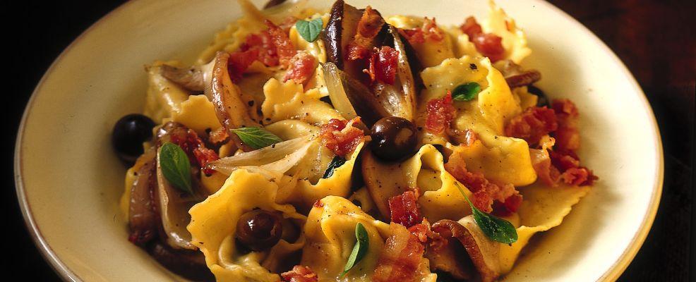 tortellini con porcini, bacon, olive e maggiorana Sale&Pepe ricetta