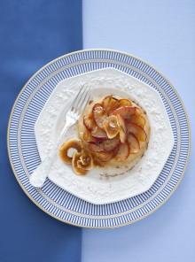 Tortino di mele al piatto con fichi secchi