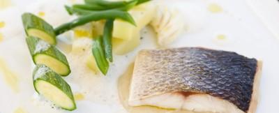 tranci-di-branzino-con-salsa-di-kefir-agli-aromi-liguri