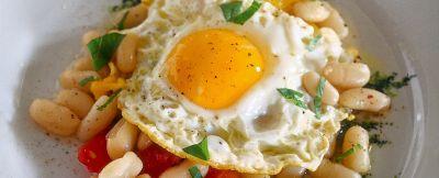 uova con fagioli al fiasco ricetta