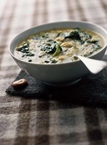La zuppa di fave e spinaci agli aromi