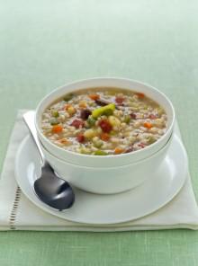 La zuppa d'orzo con carne e speck