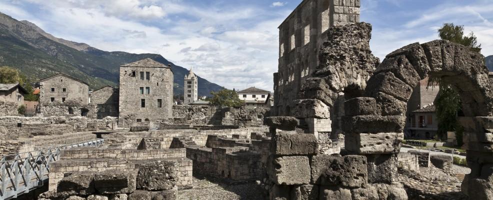 Resti archeologici nel paesaggio rurale di Aosta (Foto © Walter Zerla /cultura /Corbis)