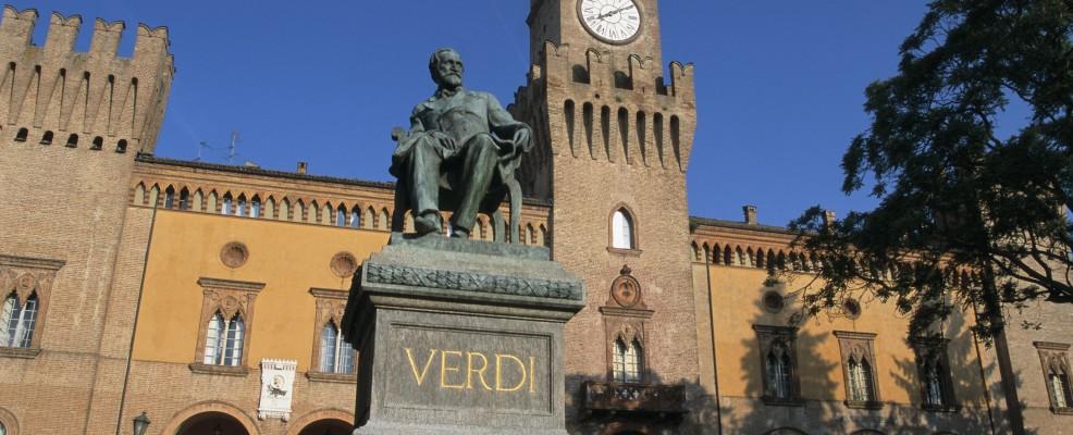 Busseto, il monumento a Verdi davanti al teatro (Foto © Franz-Marc Frei/ Corbis)
