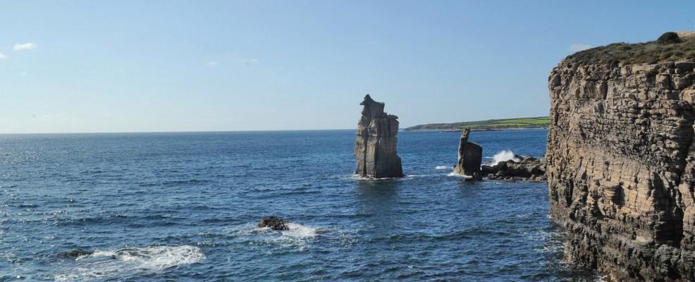 Le Colonne, i faraglioni che svettano di fronte alla costa sud dell'isola di San Pietro (Foto di Studio Spagoni+Mulas)