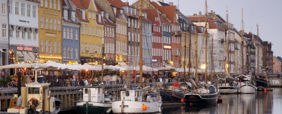 Barche e abitazioni lungo il canale Nyhavn di Copenaghen (Foto Eric Nathan /Loop Images /Corbis)